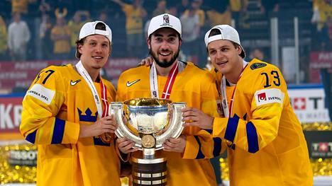 Mika Zibanejad (kesk.) kannusti lapsena Suomen jääkiekkomaajoukkuetta.
