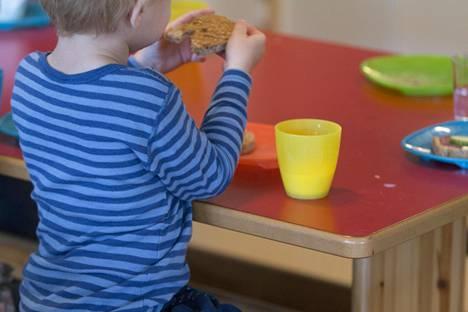 Ruokaa tilataan liian vähän. Yleensä annokset aivan liian pieniä, ja lisää ei voi tarjota.
