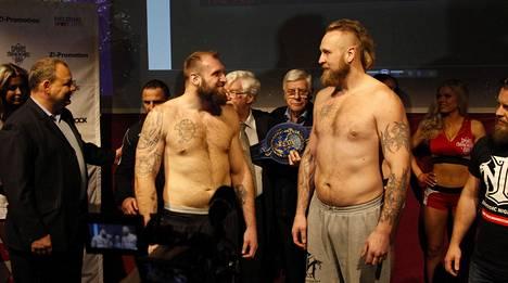 Robert Helenius (oik.) ja Franz Rill punnituksessa Helsingissä joulukuussa 2015. Helenius voitti tuomariäänin ja nappasi Euroopan nyrkkeilyliiton EBU:n mestaruuden.