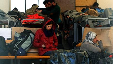 Turvapaikanhakijoita ja pakolaisia odottamassa Kreikan ja Makedonian rajalla Idomenin kylässä.