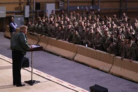 Trump piti joukoilleen puheen Al Asadin sotilastukikohdassa Irakissa.