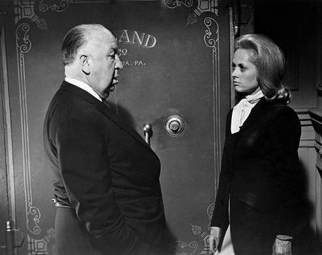 Hitchcok ohjaamassa Tippi Hedreniä Linnut-elokuvassa.