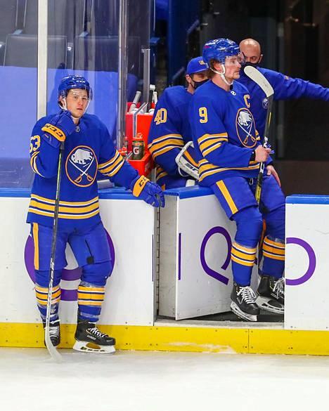 Kapteeni Jack Eichel (oik.) on umpikyllästynyt häviämään Buffalossa. Nelosketjun Jeff Skinnerin (vas.) yli 70 miljoonan jättisopimus on puolestaan NHL:n ylihintaisin. Se ulottuu kesään 2027.