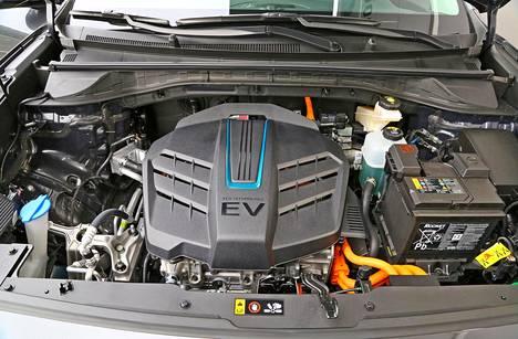 Sähkömoottori tarjoaa reippaat kyydit 204 hevosellaan, ja vääntöäkin on 395 Nm.