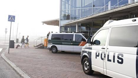 Turun satamassa oli aamulla lähes yhtä paljon matkustajia kuin järjestystä valvovia tahoja. Rajavartiolaitos tarkisti matkustajia, poliisi heidän lastiaan.