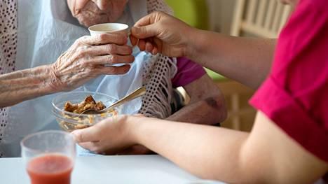 Henkilökunnan vähyyden vuoksi moni vanhus saa korkeintaan vain välttämättömän avun.