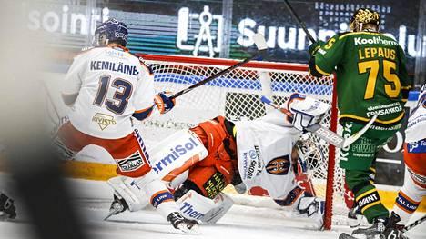 Teemu Lepaus pääsi yrittämään Christian Heljangon ohittamista rangaistuslaukauksella. Kuva ei päivän ottelusta.