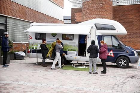 Punkkibussista sai rokotteen puutiaisaivokuumetta vastaan Helsingin Arabian ostoskeskuksen edustalla marraskuun alussa. Kiertävätkö Suomea kohta koronabussit?