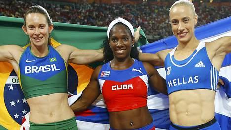 Fabiana Murer (vas.), Yarisley Silva ja Nikoléta Kyriakopoulou pääsivät juhlimaan MM-mitaleita.