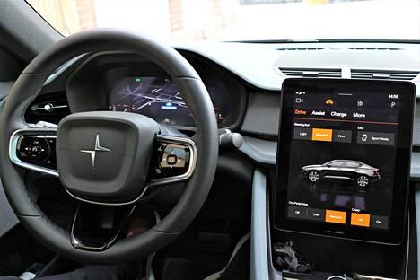 Kuljettaja löytää helposti viihtyisän ajoasennon. Polestar hyödyntää ohjaamossa kierrätettyjä ja uusiutuvia materiaaleja, mutta nappanahkaakin saa istuimiin. Yhteistyössä Googlen kanssa luotu tietoviihdejärjestelmä osoittautui hyvin toimivaksi.