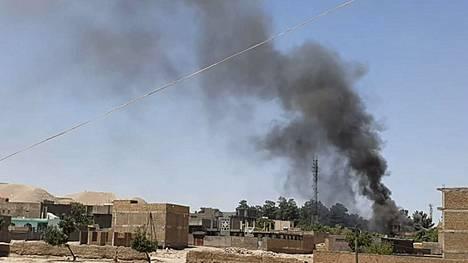 Qala-i-Nawin kaupungin kortteleista nousi savupatsaita Afganistanin hallinnon joukkojen ja talebanin ottaessa yhteen keskiviikkona.