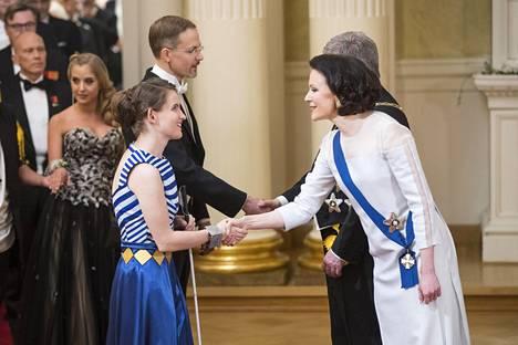 Ronja Oja kättelemässä tasavallan presidentin Sauli Niinistön puolisoa rouva Jenni Haukiota Linnan juhlissa.