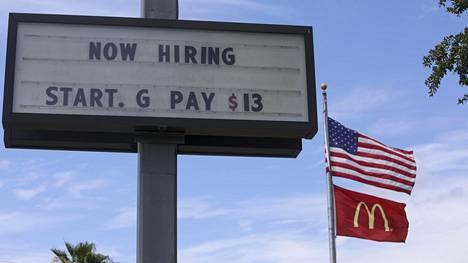 Kyltti kertoo McDonald's-ravintola etsivän uusia työntekijöitä Floridan Tampassa.