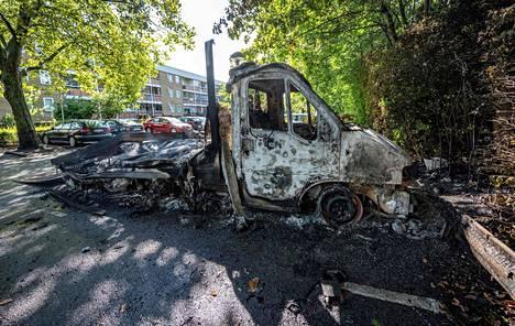 Mielenosoittajat polttivat kadulla muun muassa useita ajoneuvoja.