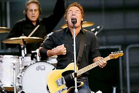 Bruce ja bändi antavat kaikkensa vajaan kolmen tunnin keikan aikana.