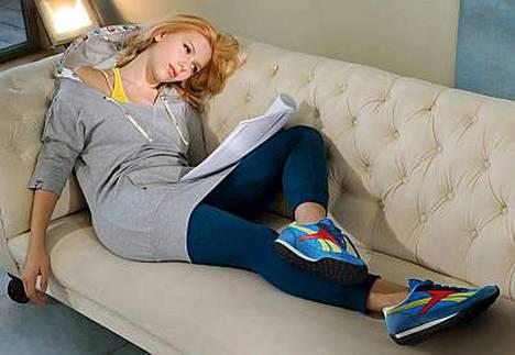 Scarlett Johansson poseeraa urheiluvälinevalmistajan mainoksessa.