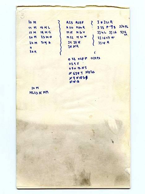 Naisen matkalaukusta löytyneen muistikirjan sivu. Osa numeroista vaikuttaa viittaavan päivämääriin, jolloin hän oli muun muassa Bergenissä (B), Oslossa (O) ja Pariisissa (P).