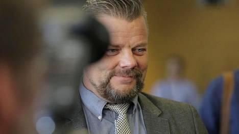Poliisi palauttaa kaikki takavarikoimansa laitteet Jari Sillanpäälle.
