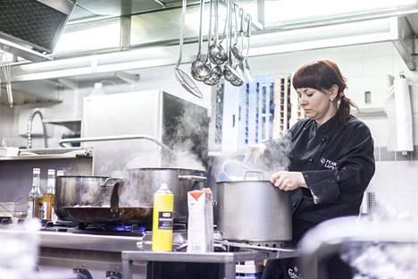 Hiihtolomakaudella 2015 kokki Tuuli Rautava-Lakela valmisti ruokaa Levillä Tuikku-ravintolan keittiössä.
