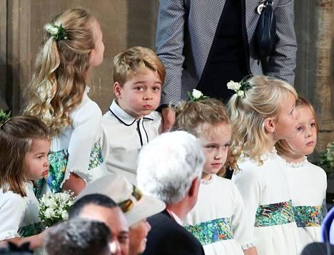 Prinssi George ei jaksanut seisoskella vakavana.