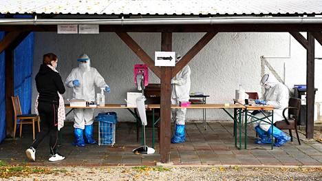 Terveydenhoitajat ottivat koronanäytteitä slovakialaisilta Trencinin kaupungissa lauantaina.