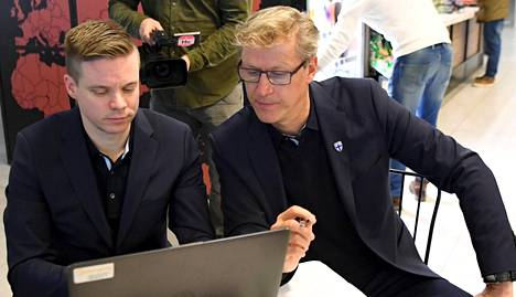 Videoanalyytikko Henri Lehto (vas.) ja Suomen A-maajoukkueen päävalmentaja Markku Kanerva.