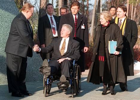 Clintonin seurueeseen kuului muun muassa ulkoministeri Madeleine Albright.
