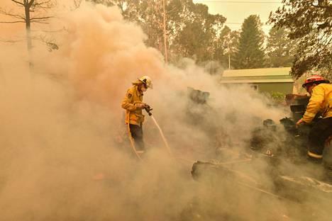 Palokuntalaiset uurastavat tulen keskellä.
