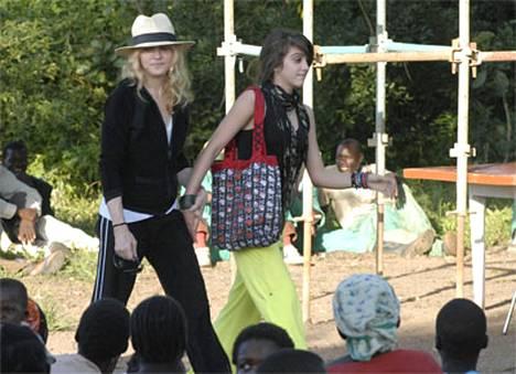 Madonna saapui tyttärensä Lourdesin kanssa malawilaiseen kylään sunnuntaina.