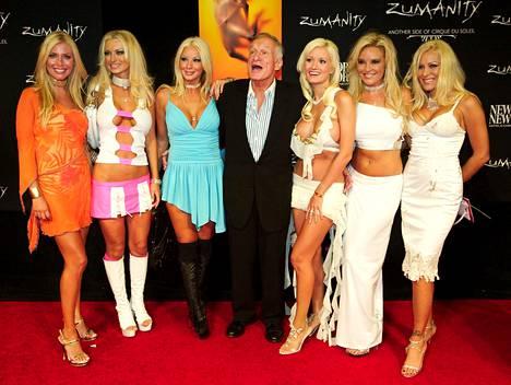 Hefner kuuden tyttöystävänsä ympäröimänä. Vasemmalta: Sheila Levell, Izabella St. James, Zoe Gregory, Holly Madison, Bridget Marquardt ja Cristal Camden.