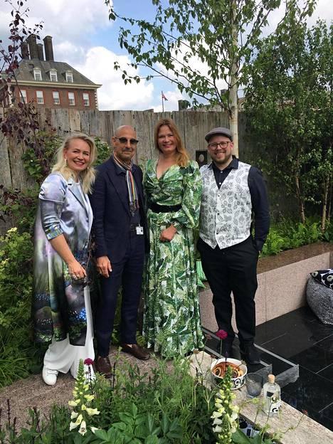 Amerikkalaisnäyttelijä Stanley Tucci ihastui suomalaiseen puutarhaan ja poseerasi yhdessä Johanna Oraksen, Taina Suonion ja Kyrön johtajan Miika Lipiäisen kanssa.