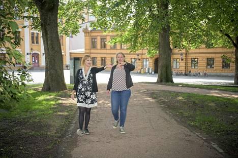 Suvi Kiukas (vas.) ja Roosa Vastamäki esittelivät Vegånian miljöötä. Vanhalle Suurtorille tulevat näytteilleasettajat, puistoon esiintyjät.