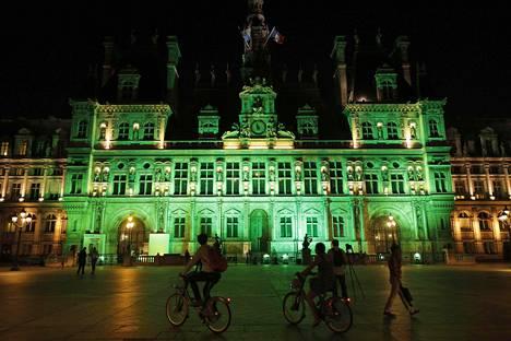 Pariisin kaupungintalo valaistiin vihreäksi sen jälkeen, kun Trump ilmoitti Yhdysvaltojen vetäytyvän Pariisin ilmastosopimuksesta.