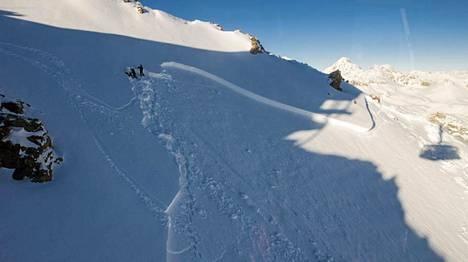 Lumivyöryekspertit tutkivat lumen pintaa turmapaikalla St. Moritzin yläpuolella.
