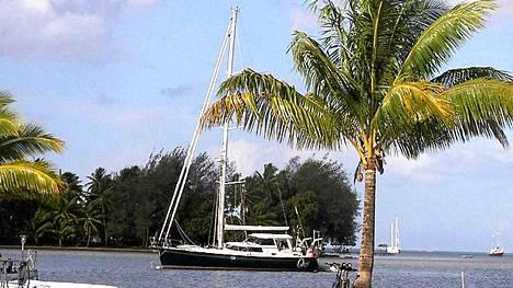 Quest-jahdin omistivat Jean ja Scott Adams. He olivat purjehtineet ympäri maailmaa jo yli seitsemän vuoden ajan.
