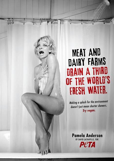 Pamela Anderson nähtiin PETAn mainoksessa, joka muistutti Alfred Hitchcockin Psyko-elokuvan kuuluisaa suihkukohtausta.