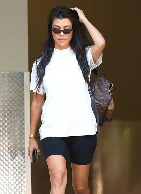 Maailmanlaajuisesti seuratuista Kardashianeista myös Kourtney luottaa tiukkoihin urheilupöksyihin osana rentoa t-paitalookia.