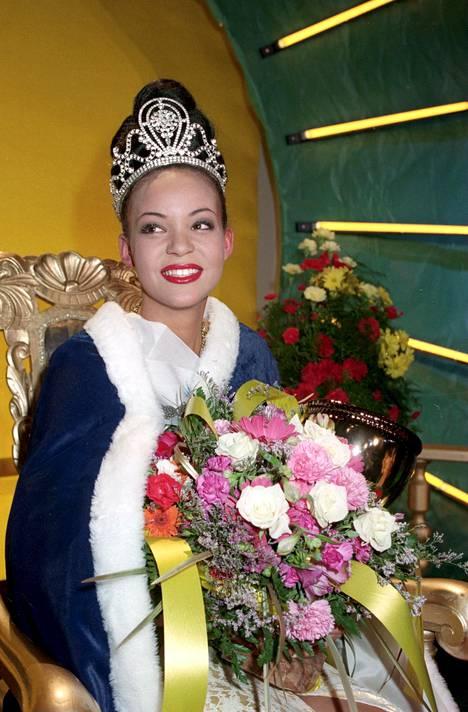 Lola Odusoga kruunattuna Ikaalisissa järjestetyissä Miss Suomi -kisoissa 17. helmikuuta 1996.