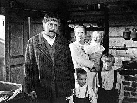 Täällä Pohjantähden alla (1968): Koskelan Jussi eli Risto Taulo ja vaimonsa Alma eli Anja Pohjola.
