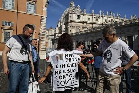 Paavi Franciscus sanoi Emanuelan veljelle vuonna 2013, että Emanuela on taivaassa. Kuvan nainen esittää t-paidassaan kysymyksen: Jos Emanuela on taivaassa, missä hänen ruumiinsa on.