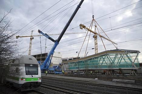 Siltaelementti nostetaan Helsingin ja Tampereen välisen junaradan päälle.