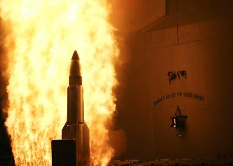 SM-3-torjuntaohjus singahtaa matkaan USS Lake Erieltä testissä Tyynellämerellä vuonna 2008.