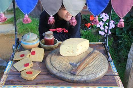 Konnussa myytävää juustoa.