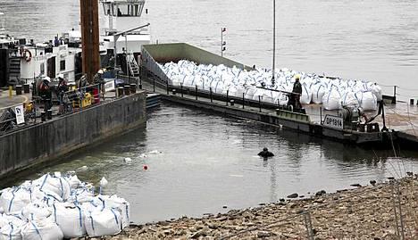 Korttelipommi on uponnut Reinin rantaveteen. Raivaustyöt on aloitettu pommin eristämisellä.