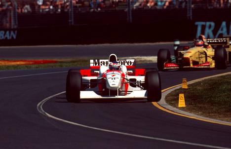 McLarenin ja Mercedesin yhteistyö ei alkanut hedelmällisesti, mutta kulminoitui moniin mestaruuksiin. Kuva kaudelta 1996.