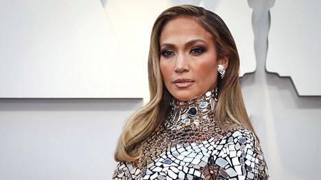Ilman varjostusta Jennifer Lopezinkin gaalameikki olisi paljon valjumpi ja kasvonpiirteet kadoksissa.