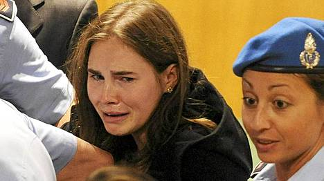 Amanda Knox (vas.) purskahti itkuun, kuultuaan pääsevänsä vapaaksi.