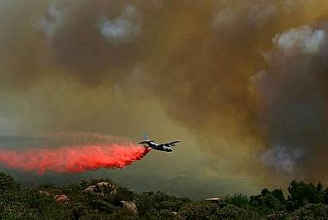 Yhdysvalloissa Kalifornian rannikolla raivoavat metsäpalot uhkaavat tuhansia koteja.
