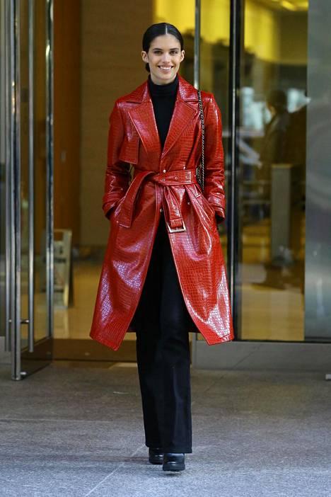 Huippumalli Sara Sampaio valitsi trendikkään trenssinahkatakin punaisena.