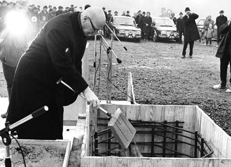 Presidentti Urho Kekkonen oli muuraamassa Saab autotehtaan peruskiviä Uudessakaupungissa 1967.